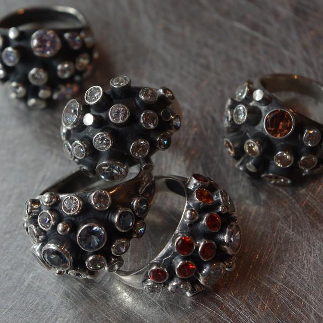 Srebrny pierścionek Jeż z cyrkoniami
