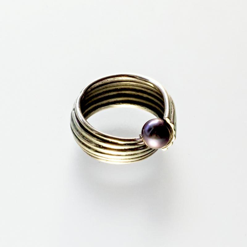 Srebrny pierścionek Zawijany z perłą.