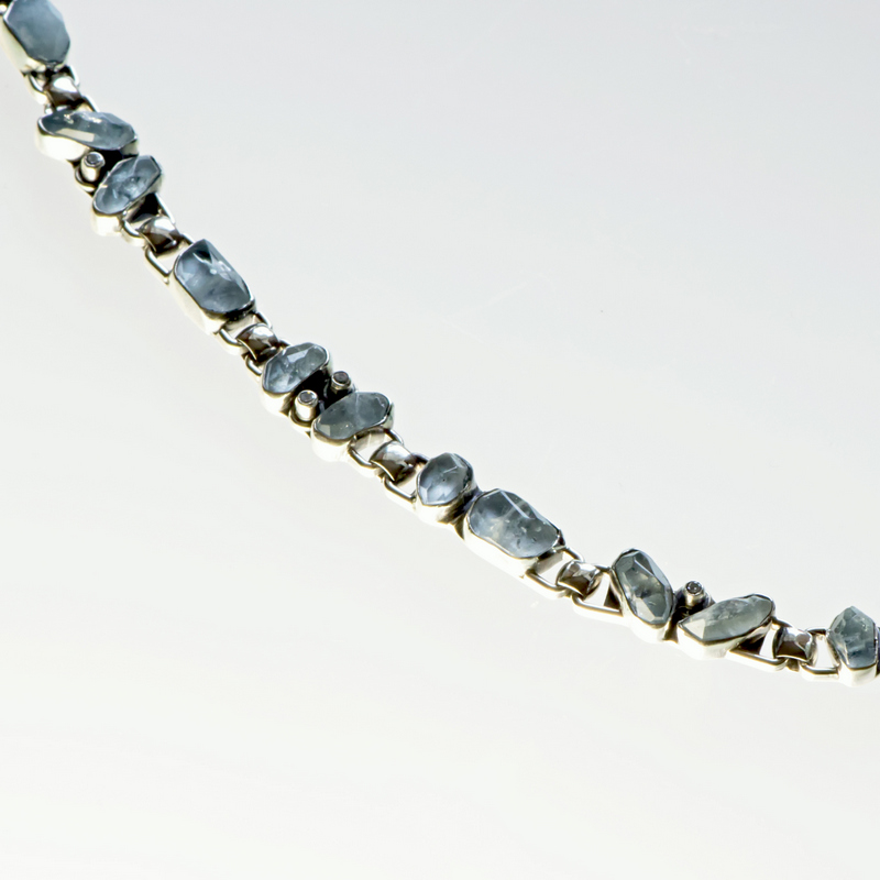Wąska srebrna bransoletka z akwamaryną