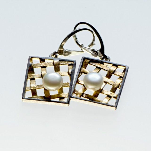 Srebrne kolczyki Kratka z perłą i pozłacanymi elementami