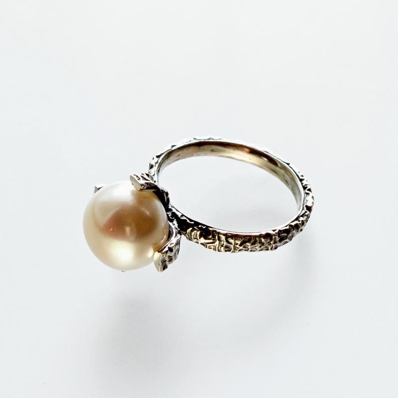 Srebrny pierścionek Ona To Ma z dużą perłą