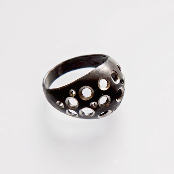 Srebrny pierścionek Dziurki - srebro oksydowane.