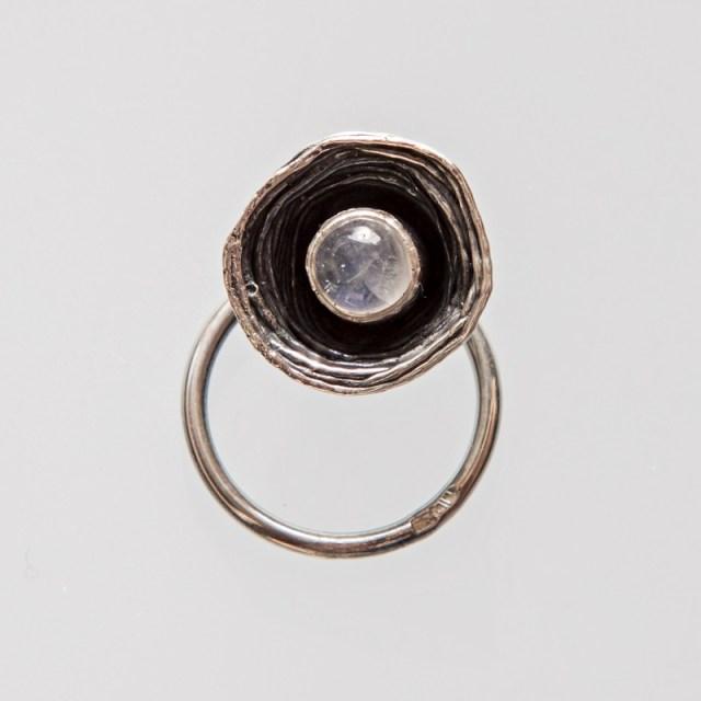 Srebrny pierścionek Gniazdko ruchome z perłą lub moonstone