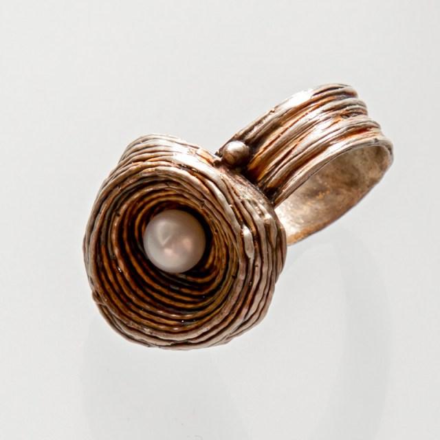 Srebrny pierścionek Gniazdo regulowane z perłą