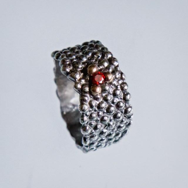 Srebrny pierścionek Płaszczka z cyrkonią i złotymi kulkami