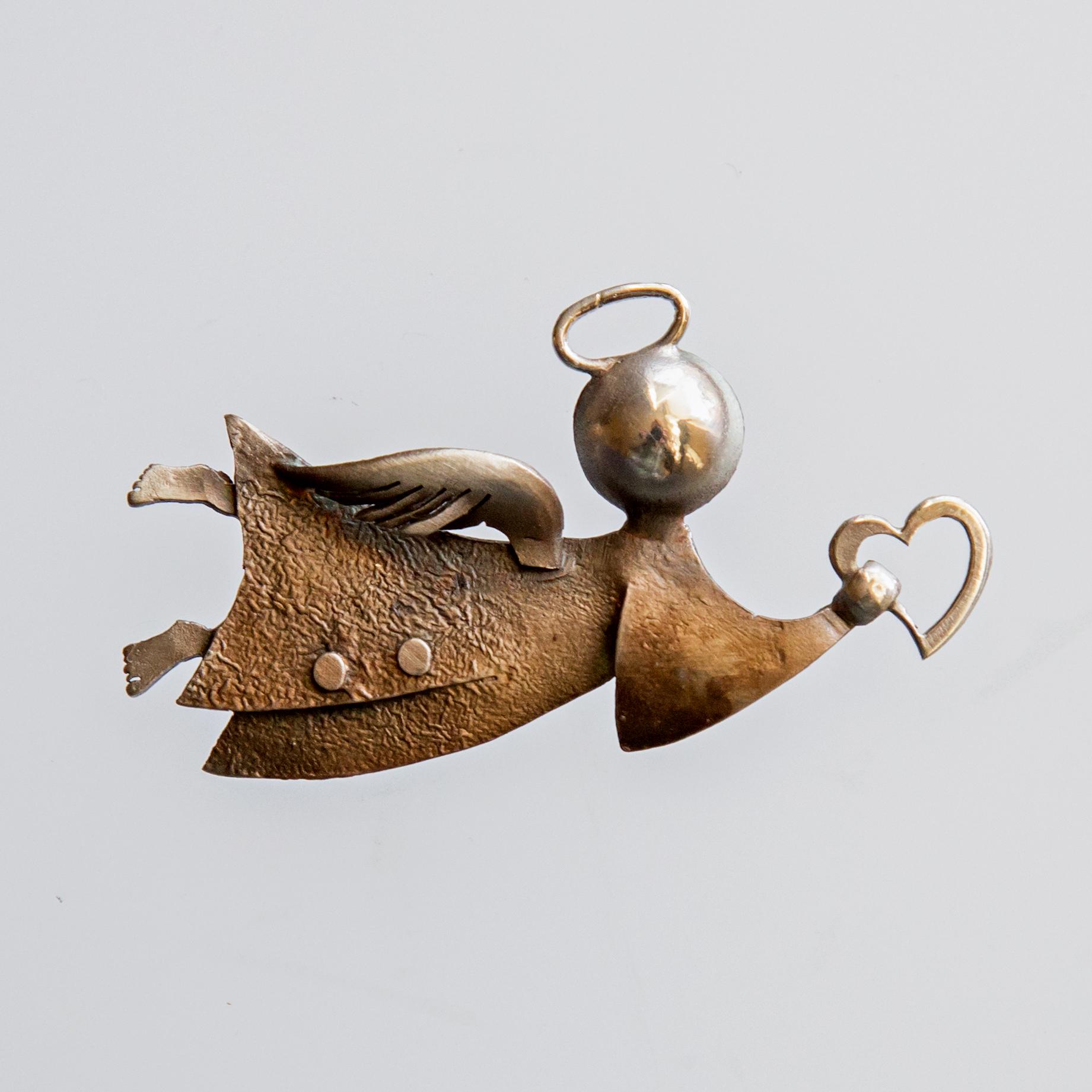 Srebrna broszka Anioł z sercem