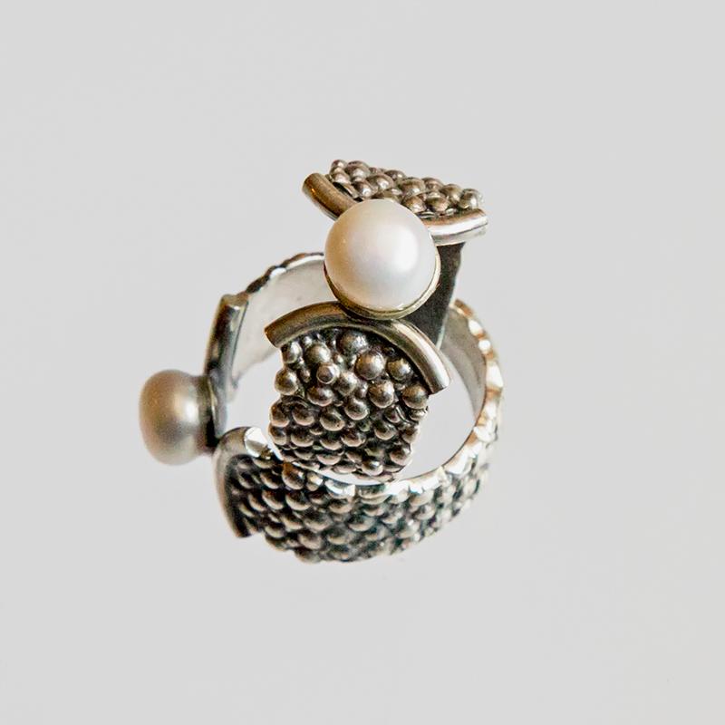 Srebrny pierścionek Płaszczka z perłą Pęknięty