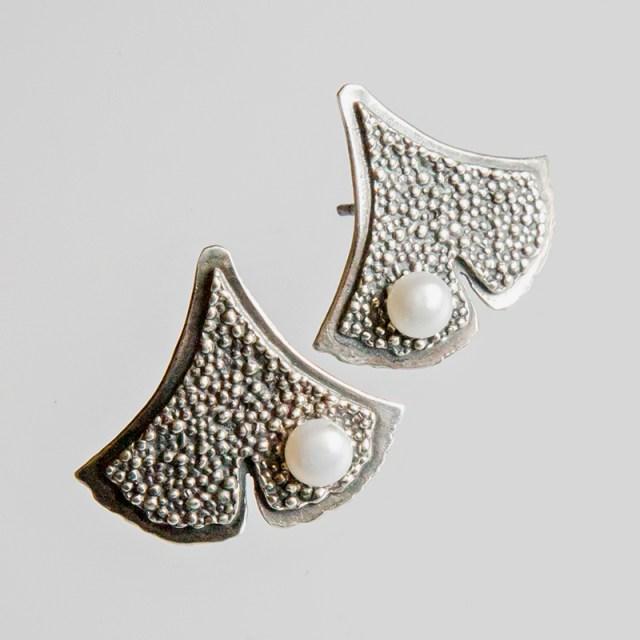 Srebrne kolczyki Ginko - Granulacja z perłą na sztyfcie