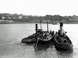 SWEHS 15.0.114.jpg - Date 1930 - Tamar - Devonport to Saltash 33kV cable crossing. Tugs guiding barge loaded with the cable drum. Devon, Devonport .