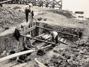 SWEHS 3.2.108.jpg - Date 1934 - Laying 33kV cables from Portishead Generating Station between Avonmouth Dock and Avonmouth at River Avon crossing. Bristol, Avonmouth Dock Cables being greased before being pulled through pipes across River Avon..