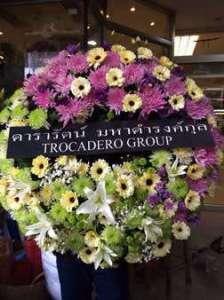 พวงหรีดดอกไม้สด โทนสวยหรู สั่งโดย ดารารัตน์ มหาดำรงค์กุล TROCADERO GROUP จัดส่งที่ วัดโสมนัสวิหาร หรีด ณ วัด ขอแสดงความอาลัย ต่อครอบครัวของผู้เสียชีวิตด้วยค่ะ