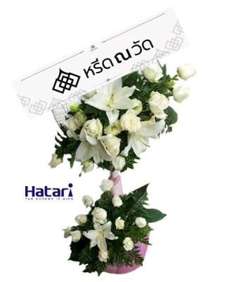 พวงหรีดพัดลมสวยงาม ประดับด้วยดอกลิลลี่ประดิษฐ์สีขาวสะอาดตา
