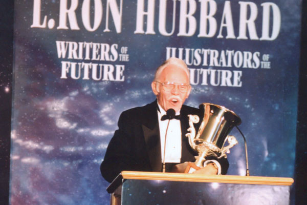 Frank Kelly Freas accepting his Lifetime Achievement Award.