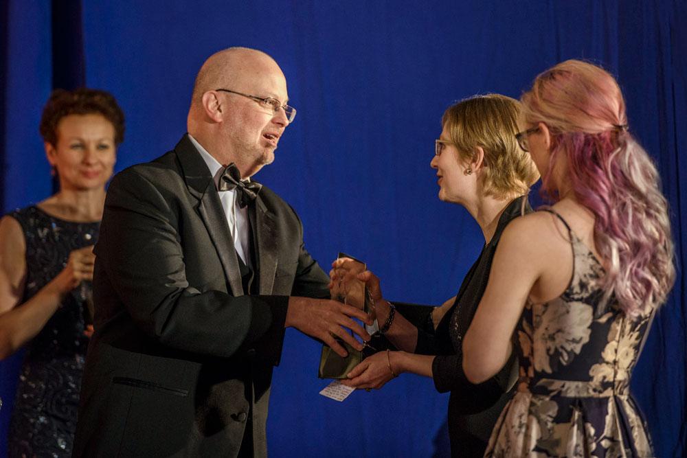Robert J. Sawyer giving N.R.M. Roshak her award