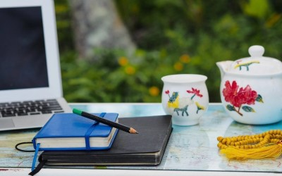 5 writing prompts to declutter your head for more focus, productivity and happiness