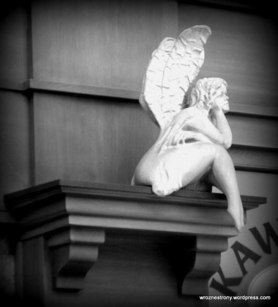 Anioł nad wejściem do kawiarni