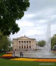 Park Mickiewicza w Poznaniu. W tle Teatr Wielki,