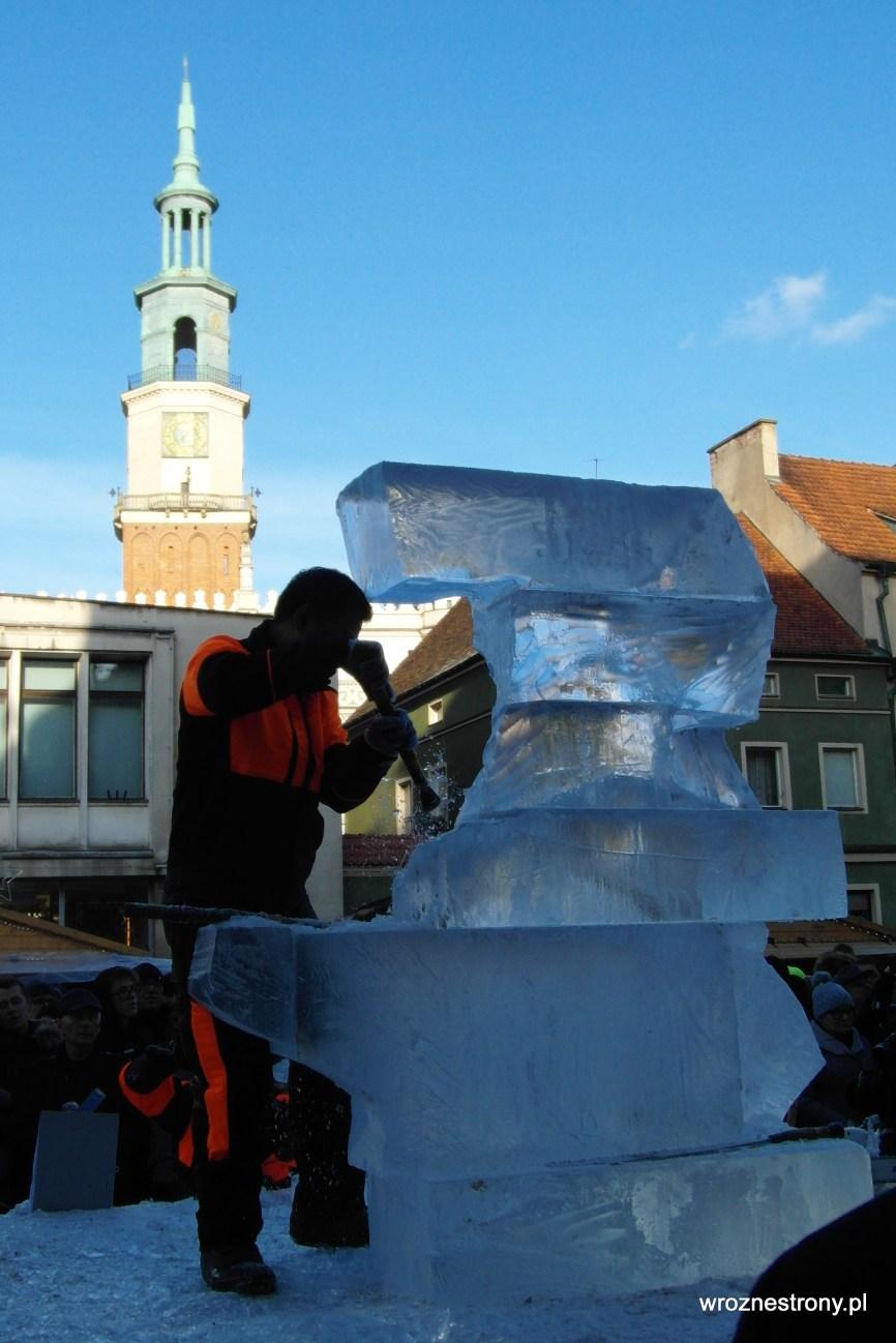 Rzeźby są tworzone na oczach widzów zgromadzonych na Starym Rynku