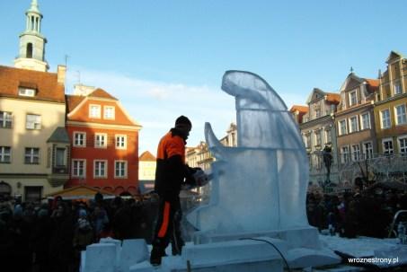 rzeźby lodowe w Poznaniu powstają przez cały dzień