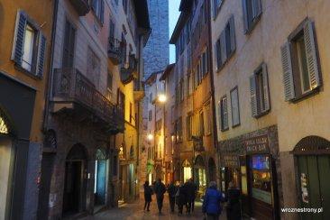 Ciasne uliczki Bergamo tuż po zmroku