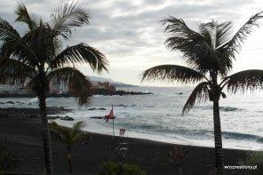 Plaża z czarnym piaskiem w Puerto de la Cruz