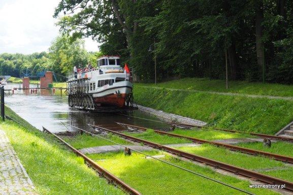 Rejs statkiem po Kanale Elbląskim - pochylnia, którą statek pokonuje na platformie jadącej po trawie