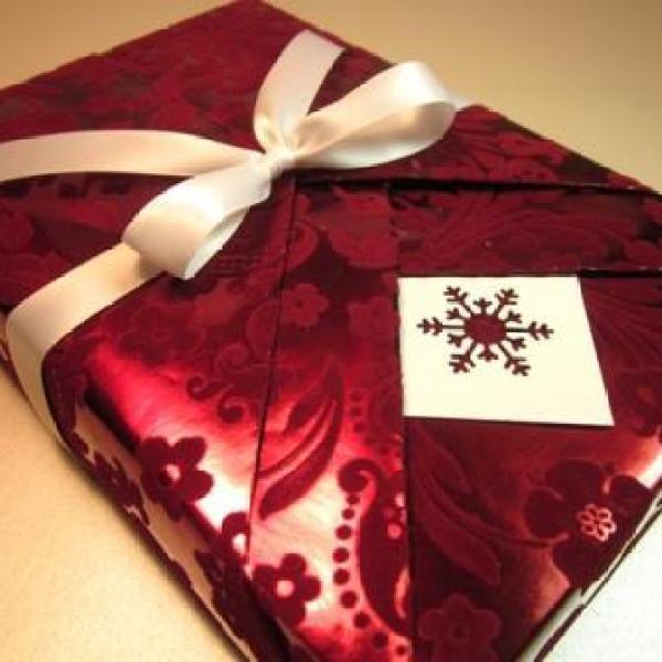 close-up-kimono-gift-wrapping_182338