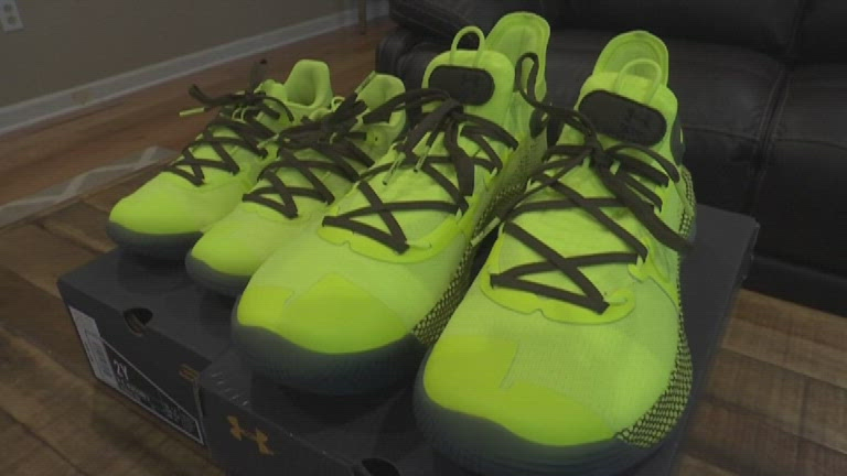 Steph Curry gives SC dad, son new shoes