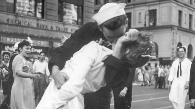 ap-kissing-sailor_36953798_ver1.0_1280_720_1550494906312_36953798_ver1.0_640_360_1550503384179.jpg