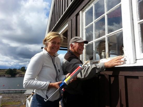 Arne lär Elisabeth allt om fönsterkittning