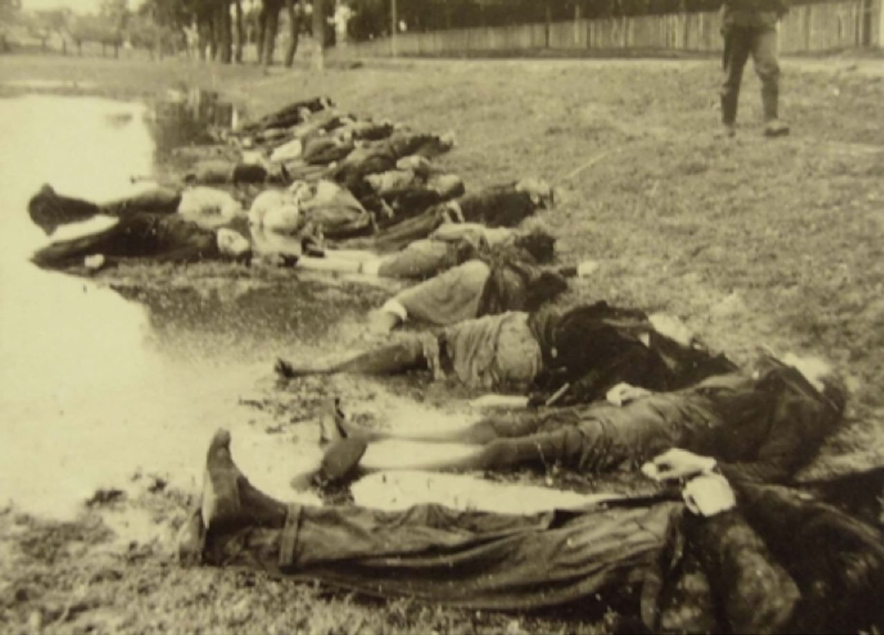 Bodies of executed Soviet civilians [© Yad Vashem Photo Archive]