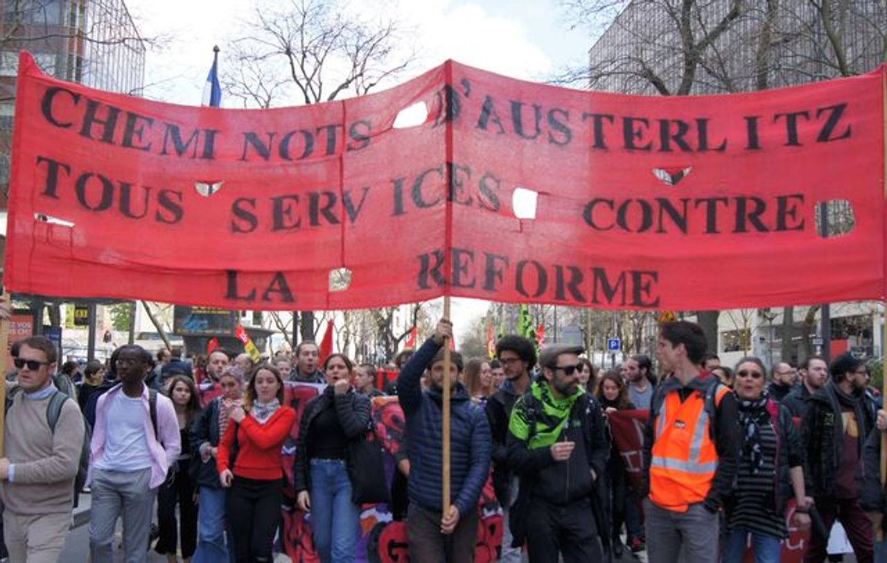 Paris Austerlitz railway station workers and students demonstrate