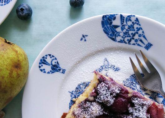Marzipan Kuchen mit Honig-Birnen und Blaubeeren