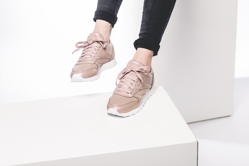 reebok-wmns-classic-leather-pearlized-rose-bd4308-mood-2
