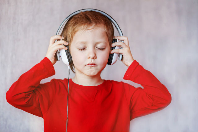 kid-in-headphones_365082