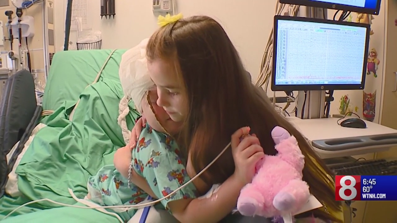 7-year-old girl delivers teddy bears to kids in hospitals