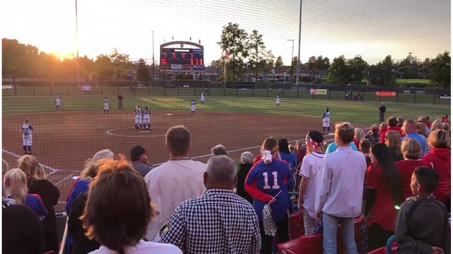 Softball_crowd_sings_Star_Spangled_Banne_0_43777833_ver1.0_640_360_1527626921929.jpg