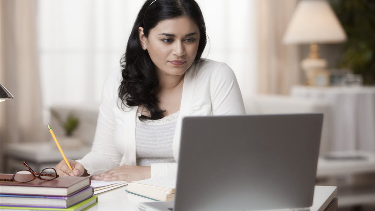 college-student-studying-online_1542732355764_421123_ver1_20181121055605-159532
