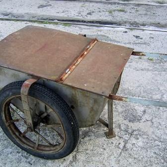 Neben dem alten Bunker sind es solche Gegenstände wie diese alte Sandkarre die dem Gelände einen gewissen Charme geben.