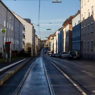 "Blick in die Petrinistraße an der Straba-Haltestelle ""Senefelderstraße""."