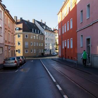 An machen Stellen im Straßenbild von Grombühl wird es richtig eng für Straßenbahn und Autos.