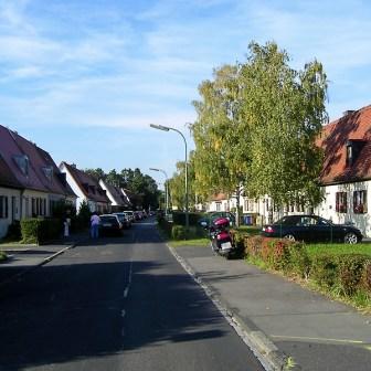 Blick in die Siedlung in der Kettlerstraße. Rechts und links die von Hubert Groß errichteten Häuser.