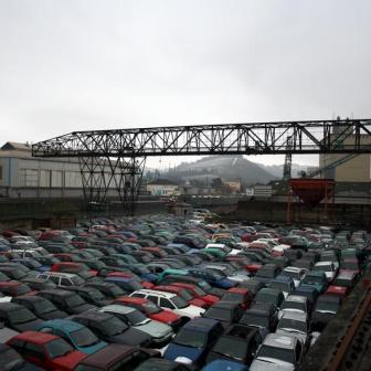 Hier warten zahlreiche Altautos auf ihren Transport - wahrscheinlich ins Ausland.