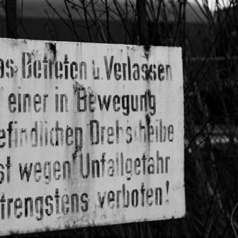 """Ein altes verwahrlostes Schild an der Drehscheibe von Lokschuppen """"Haus 3"""" weist auf Gefahren hin."""