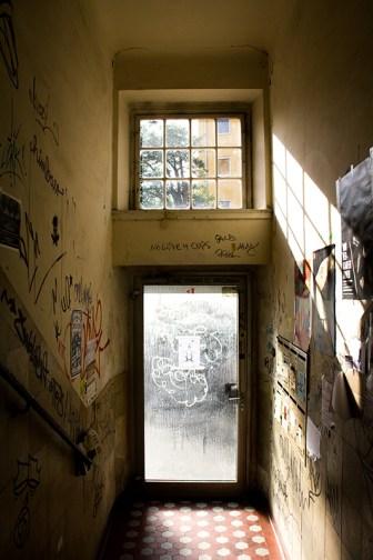 """Typischer Hauseingang mit """"Wandmalereien"""""""