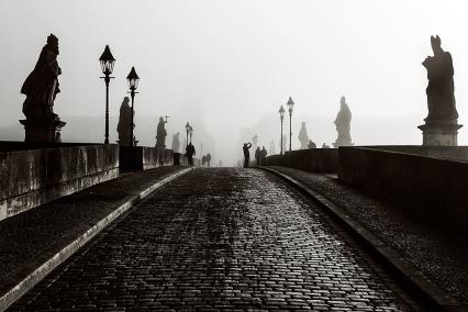 Herbstnebel am Morgen auf der Alten Mainbrücke