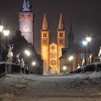 Die Alte Mainbrücke in Würzburg mit viel Schnee an Weihnachten 2010.