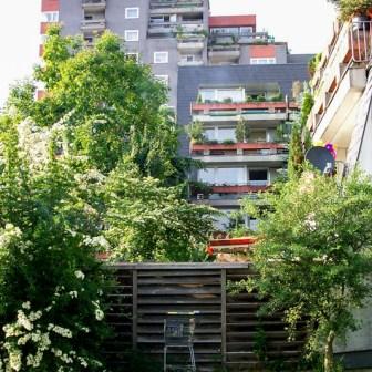 """Blick auf das Gebäude der Bonner Straße 24 im März 2005. Damals wirkte alles sehr ungepflegt und einfach """"abgewohnt""""."""