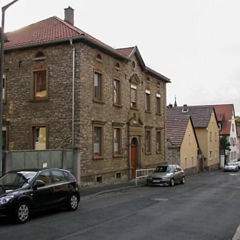 Als Kontrast und nur wenige Meter von den Neubauten entfernt im Altort: Eines der für Franken typischen Häuser, gebaut mit Bruchsteinen.