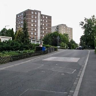 """Noch """"kontrastreicher"""" und auch nur wenige Minuten entfernt: Hochhäuser aus den späten 1970er Jahren in der Flürleinstraße."""